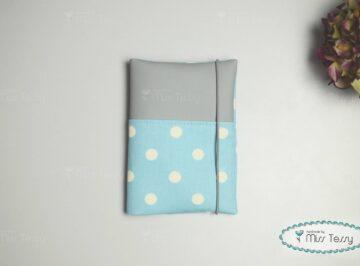 Kiskönyv borító – kék pöttyös szürkével